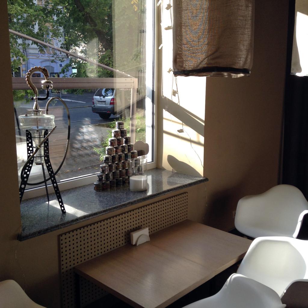 Goza Smoke Bar: посадка у окна