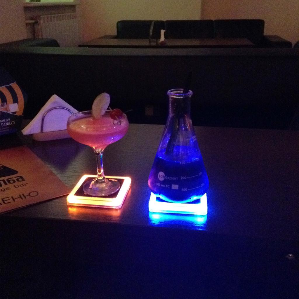 Коктейли с подсветкой в Колба-баре в Киеве