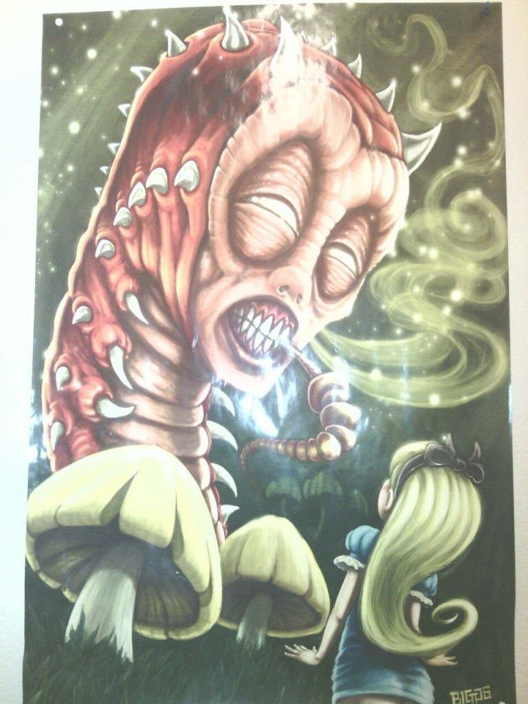 Гигантская гусеница курит кальян перед маленькой девочкой