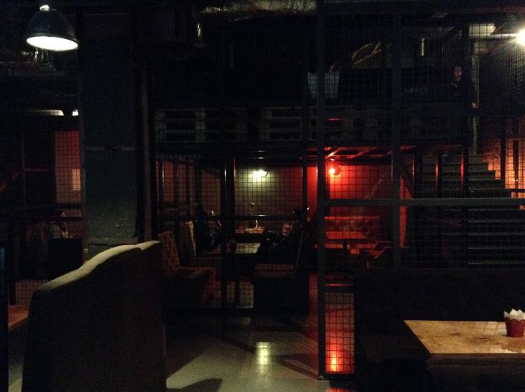 Зонирование в баре выполнено при помощи металлических сеток