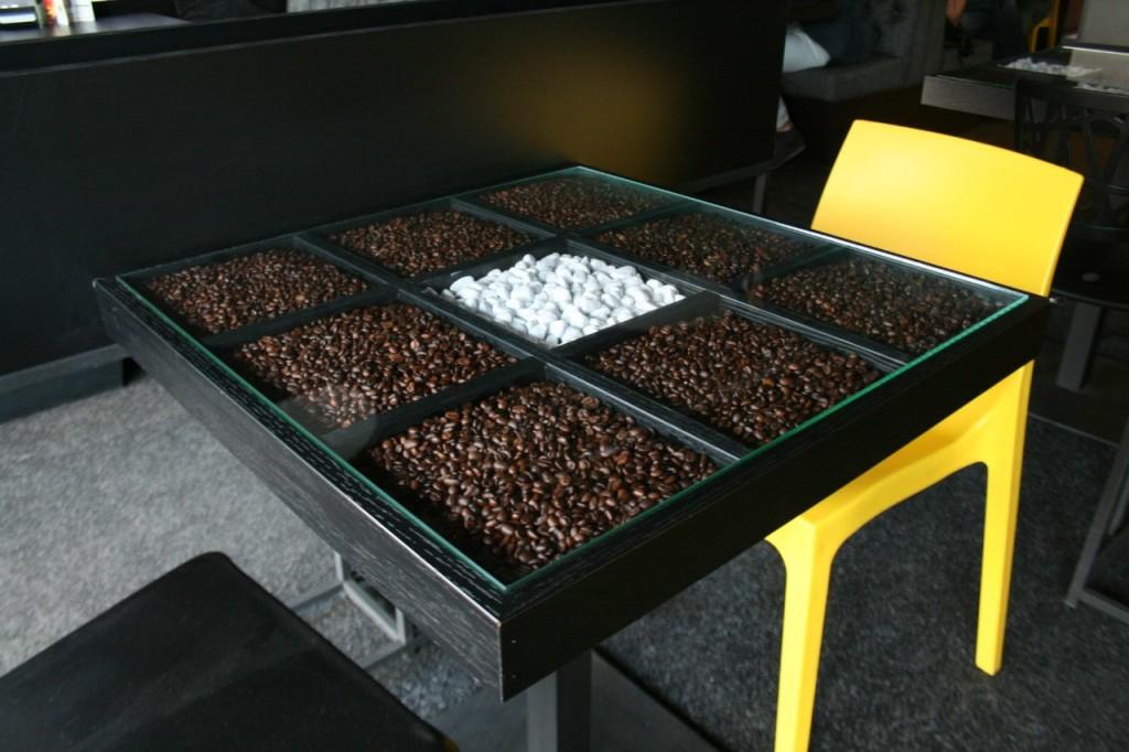Необычное дизайнерское решение для стола. Кофетория лаунж на Шулявке.
