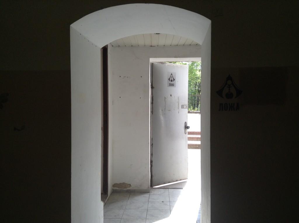 Вход во внутренний двор после звонка. Ложа, Киев