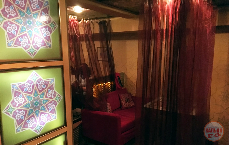 Интерьер кальянной Омар Хаям выполнен в восточном стиле