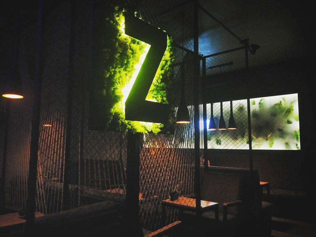 Логотип заведения в первом зале — Зебра Лаунж