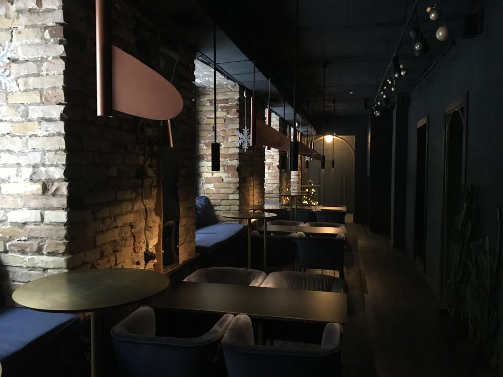 Кальянная Zmist: первый зал с окнами