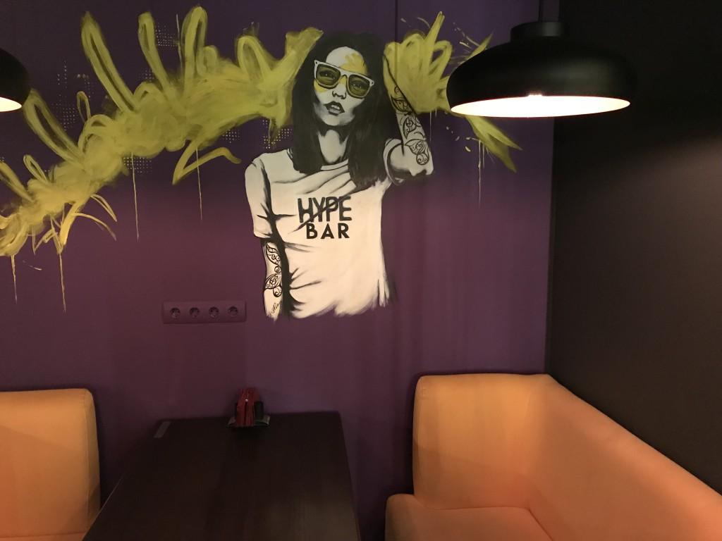Очень крутое художественное оформление стен в Hype Bar Киев
