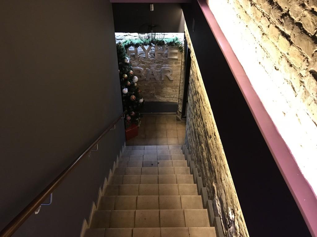 Как и большинство кальянных, Хайп Бар расположен в подвальном помещении