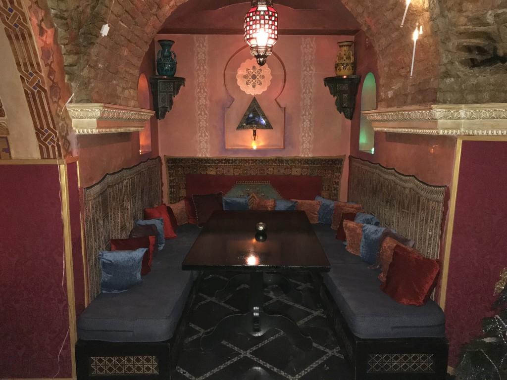 Отдельные лаунж-зоны в ресторане Марракеш