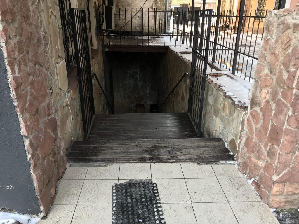 Спуск по ступеням вниз - кальянная Mouse House Киев