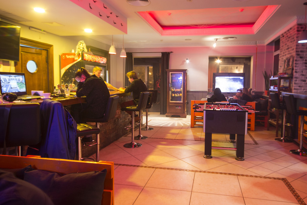Вид на барную стойку и вход во второй зал Loading Bar Киев