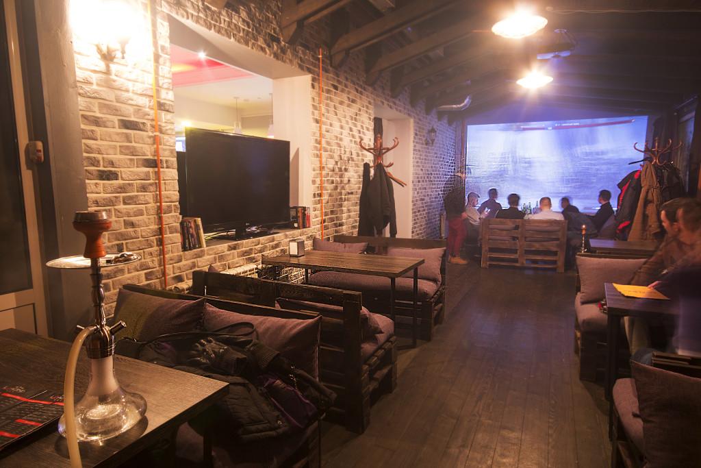 Loading bar: интерьер второго зала, где расположен проектор с большим экраном