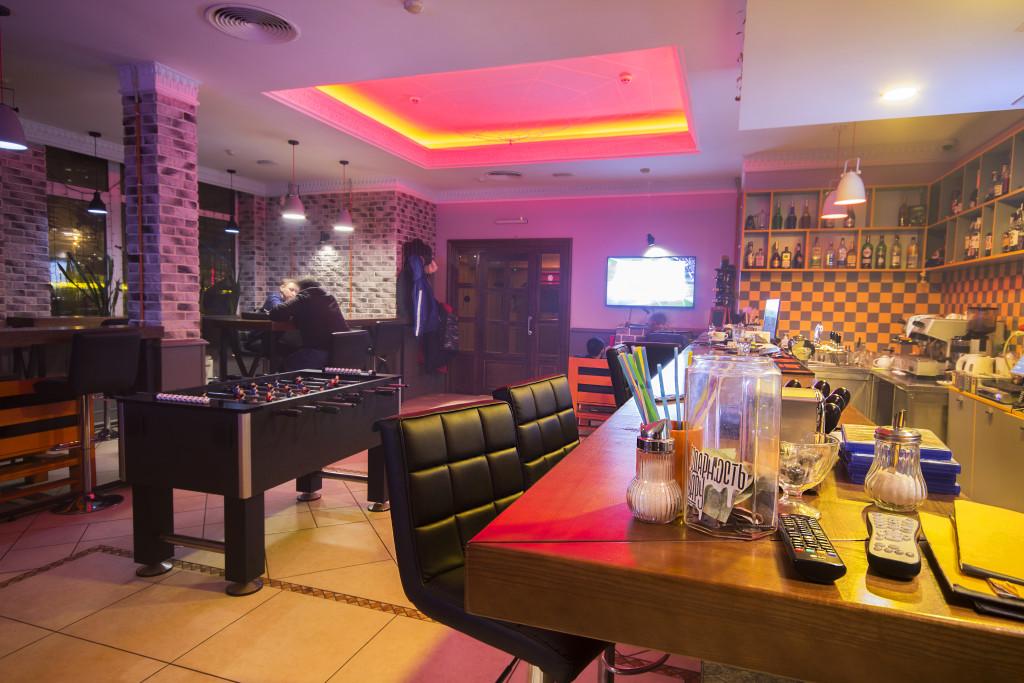 Интерьер первого зала кальянной Loading Bar на Позняках в Киеве