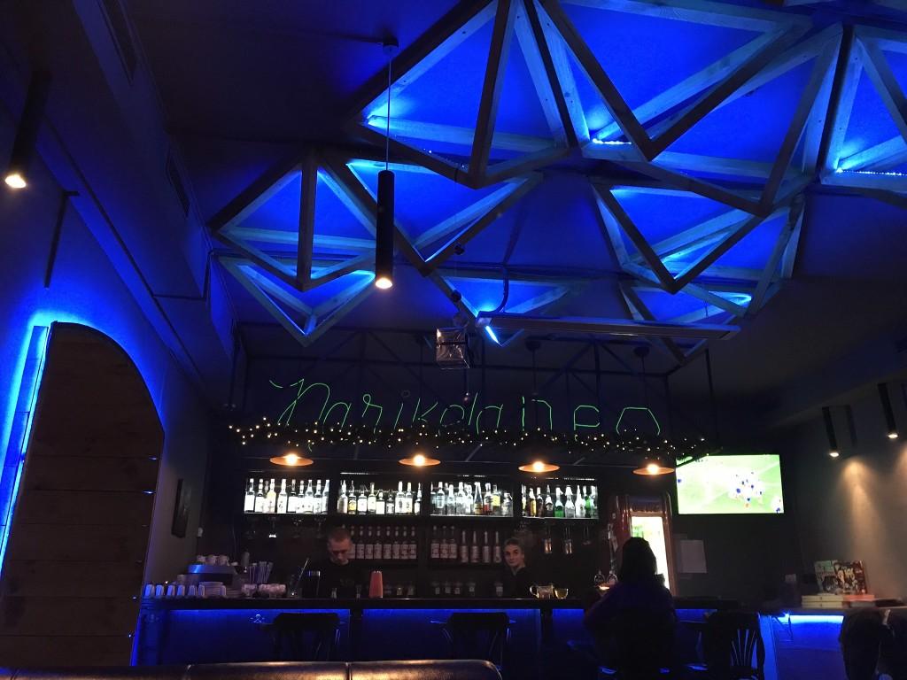 Зал с барной стойкой в Нарикела Нео