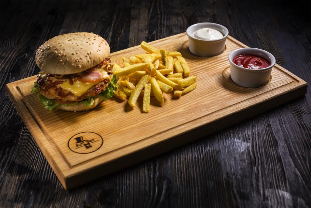Арт Бар 86: подача бургера
