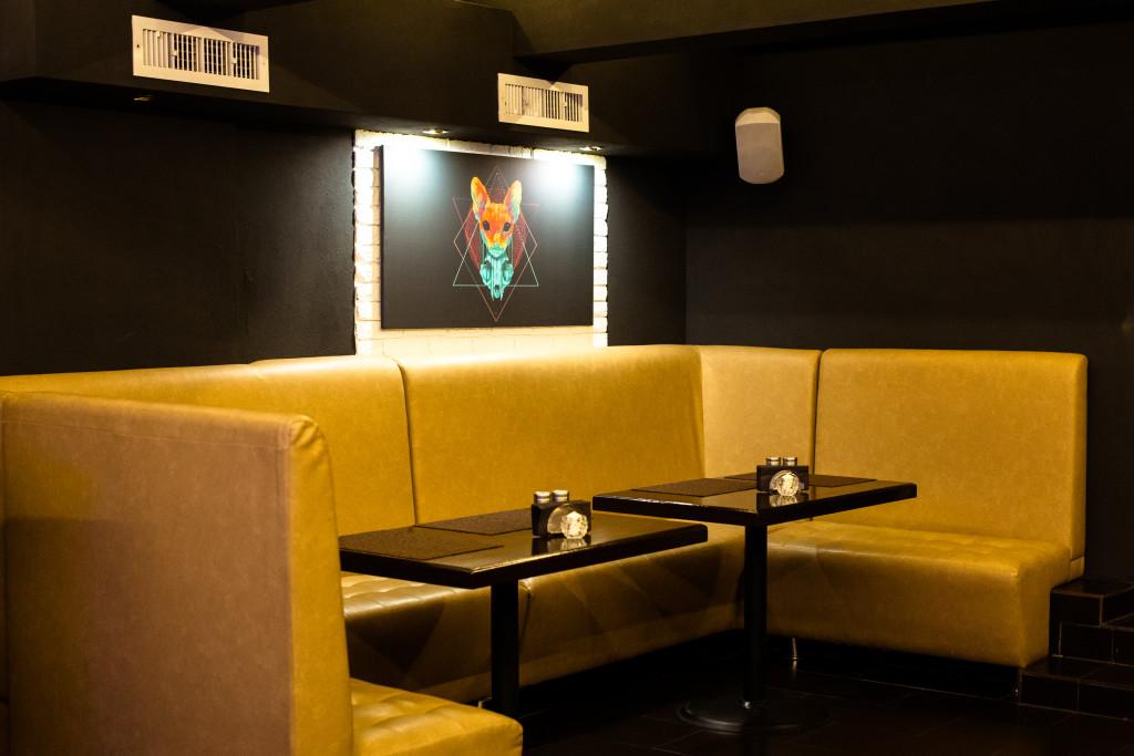 Стол для большой компании в Smaha Lounge