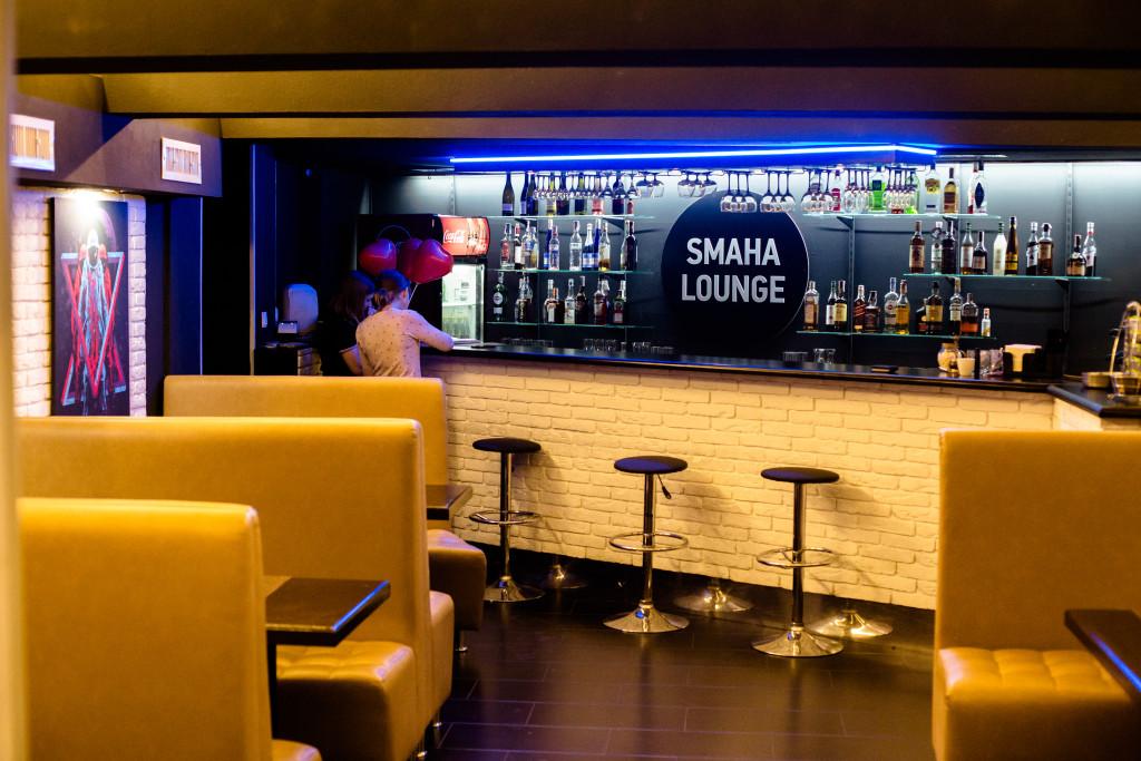Первый зал с барной стойкой в кальянной Smaha Lounge