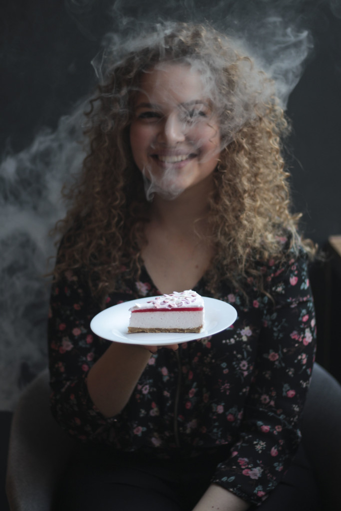На фото десерт «Йога»: Десерт сделан на основе песочного теста и клубничного желе, с добавлением нежного суфле из натурального йогурта и сливок.