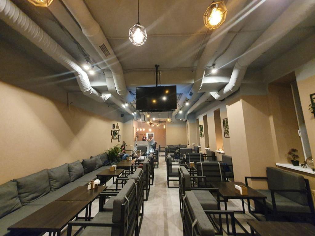 Основной внутренний зал кальянной Sativa Lounge на Бауманской
