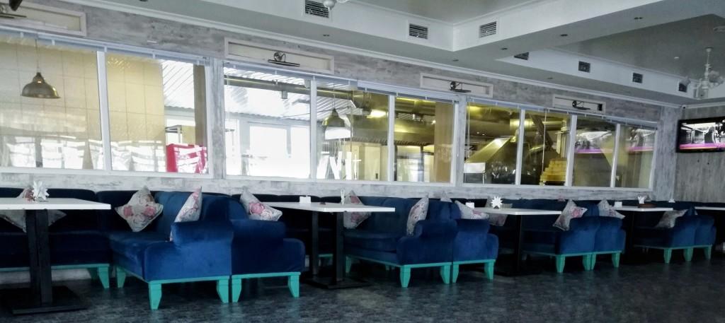 Открытая кухня в основном зале