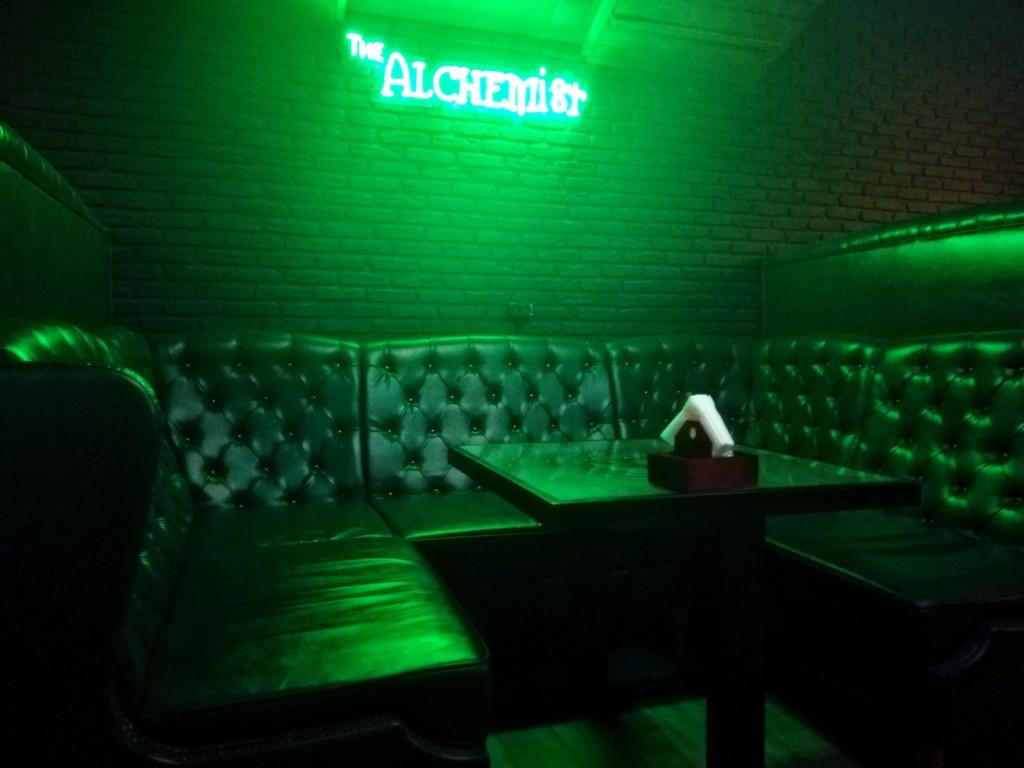 Зелёный зал в Alchemist Bar