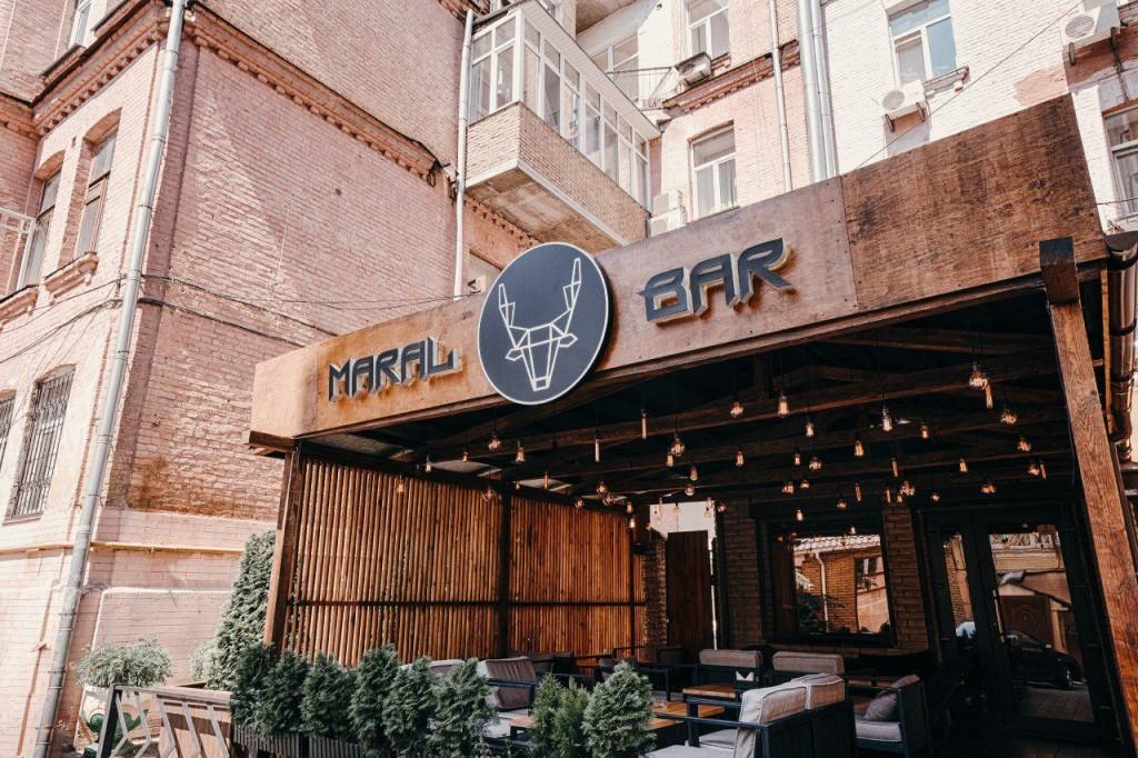 Вид с улицы, а также летняя терраса кальянной Maral Bar