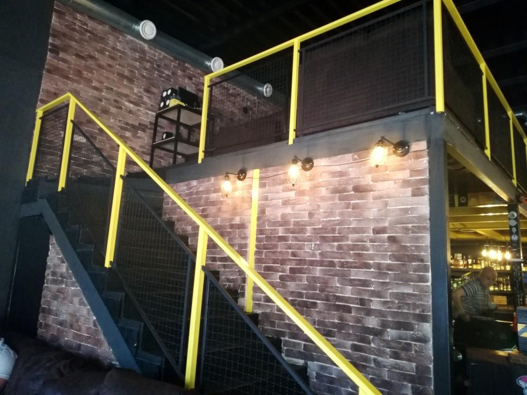 Лестница на второй этаж в RadioactiveBar