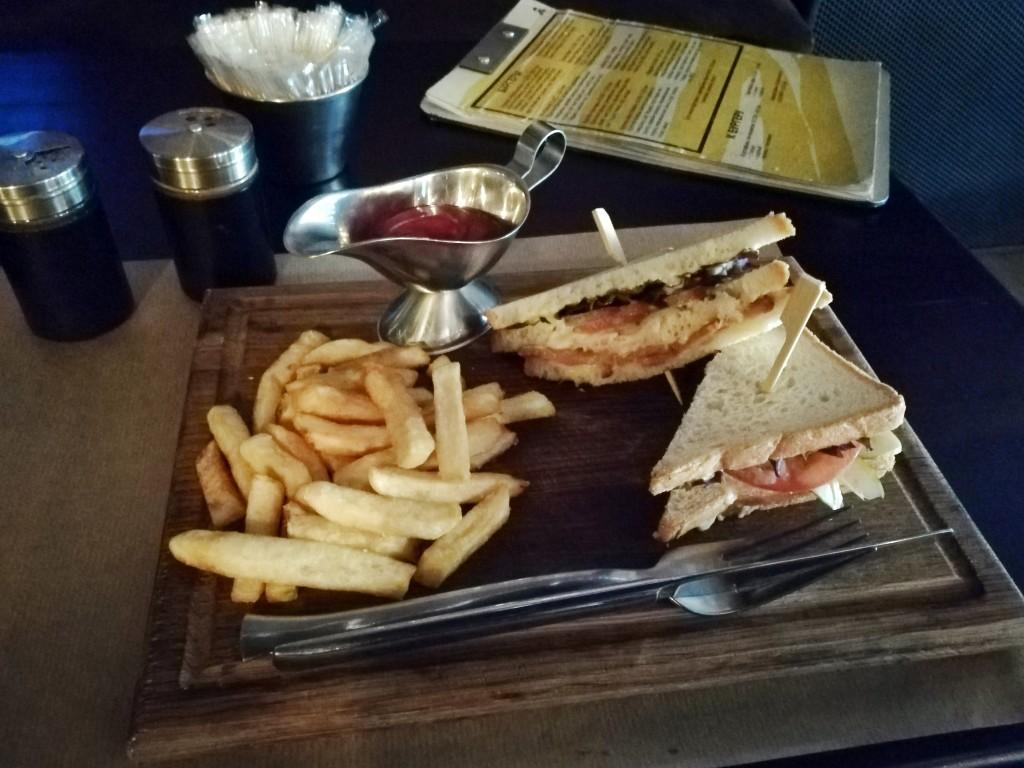 Клаб-сендвич с пряным беконом