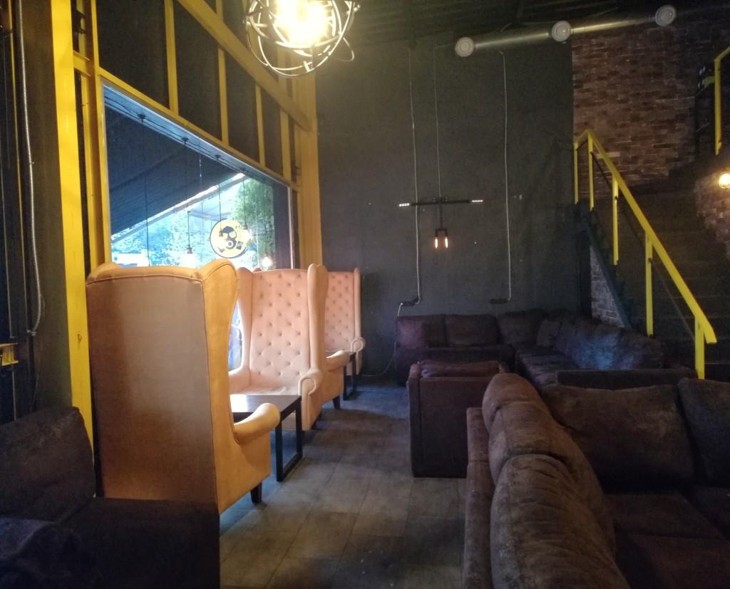 Яркие оранжевые кресла в RadioactiveBar
