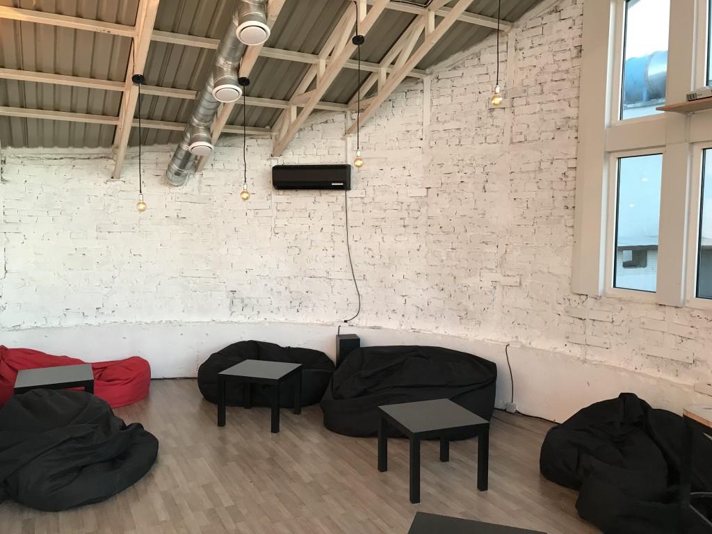 Высокие потолки придают дополнительный простор помещению