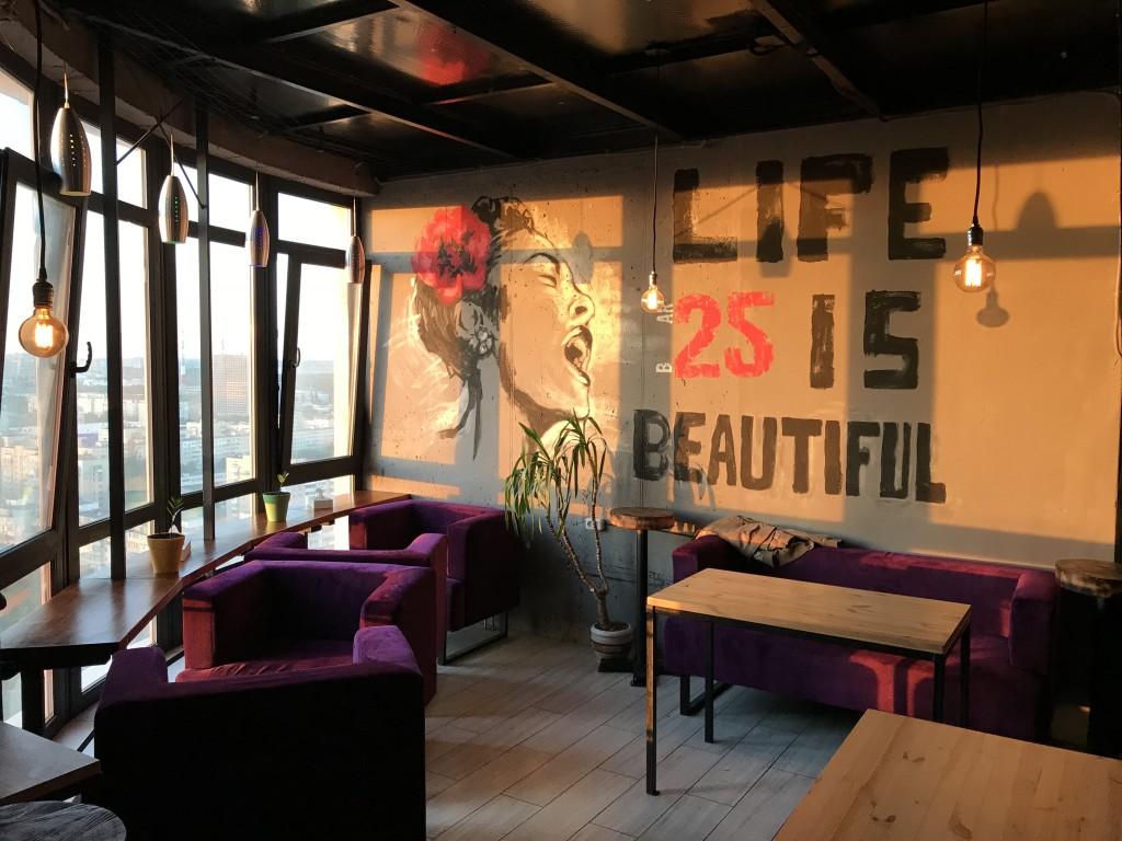 Первый этаж кальянной Bar 25: уютные столики и панорамные окна