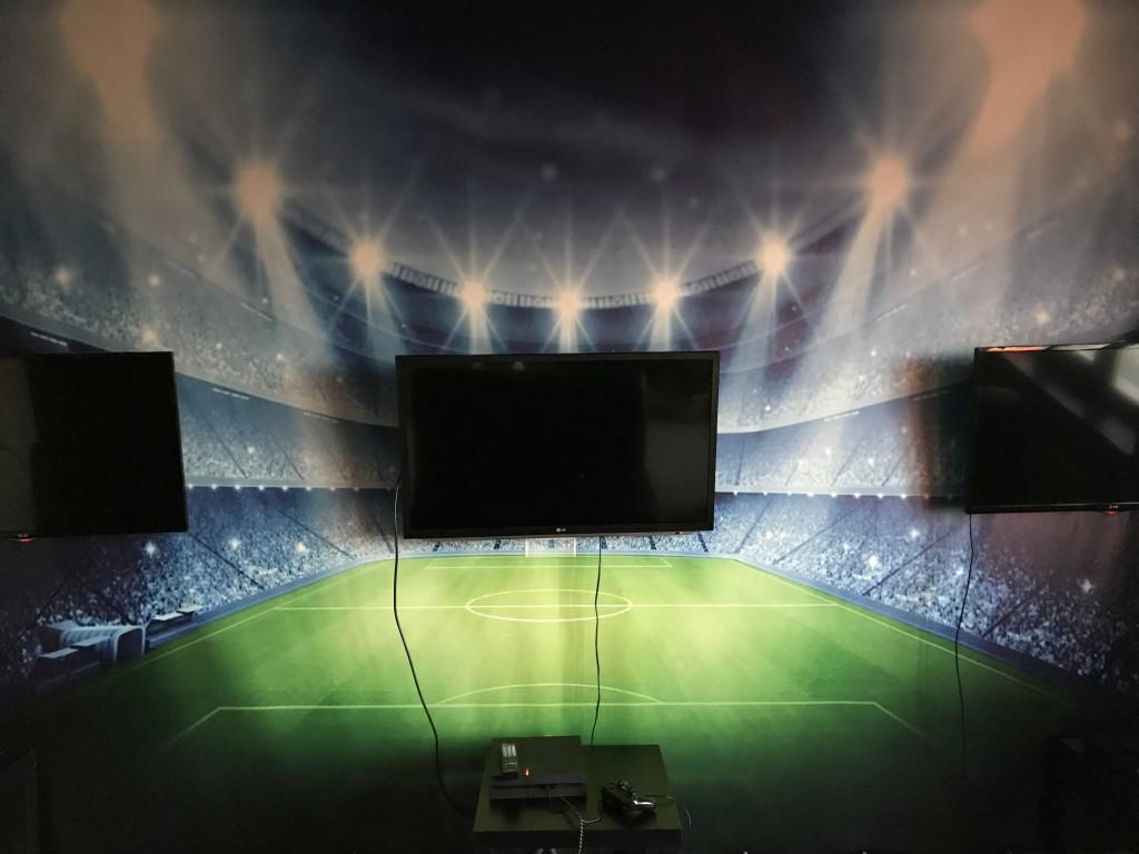 Стилизированная под футбольное поле игровая зона