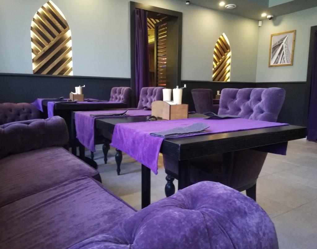 Яркая мебель в Nissa Lounge