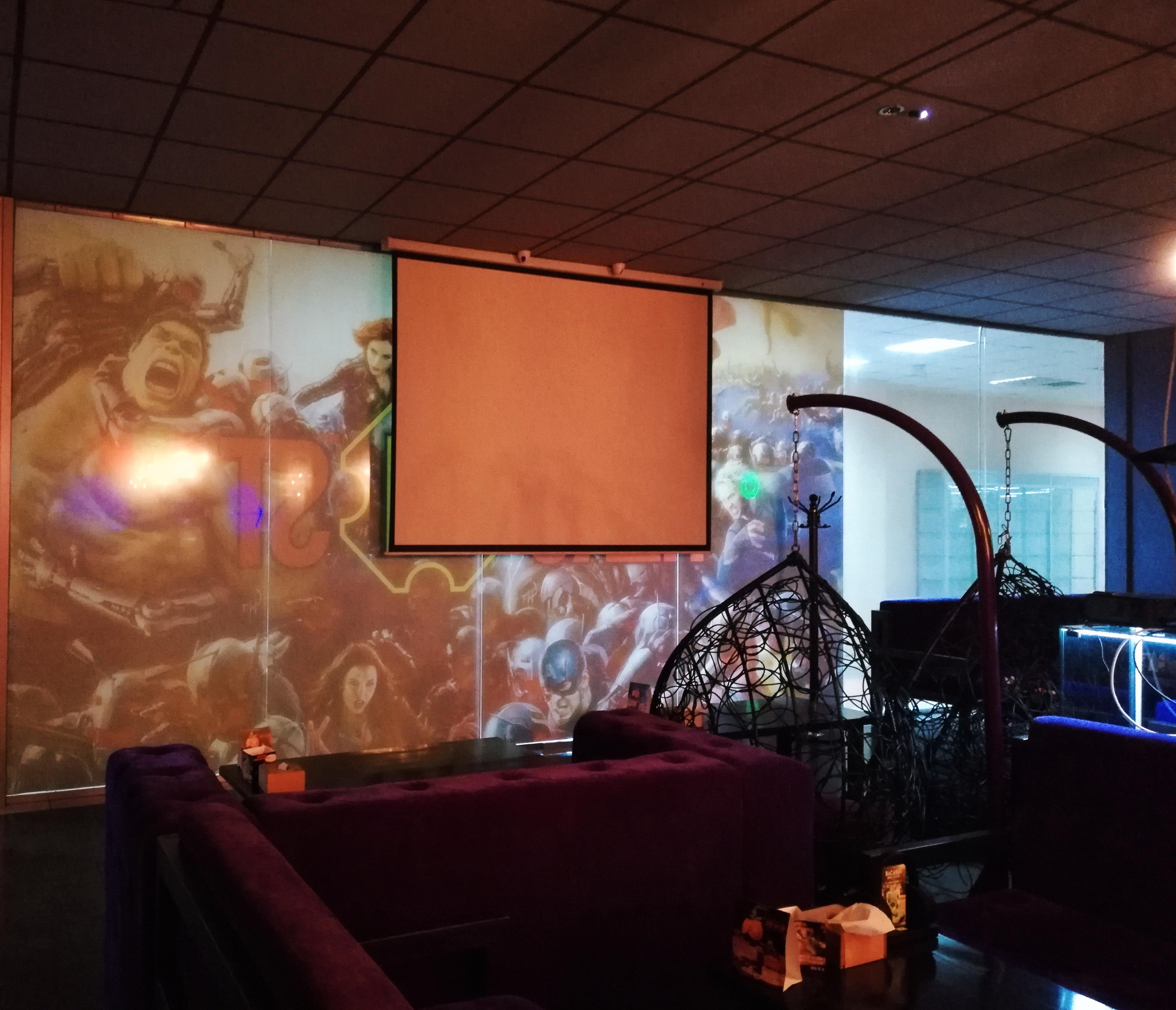 Большой экран для проектора в HERO in ST