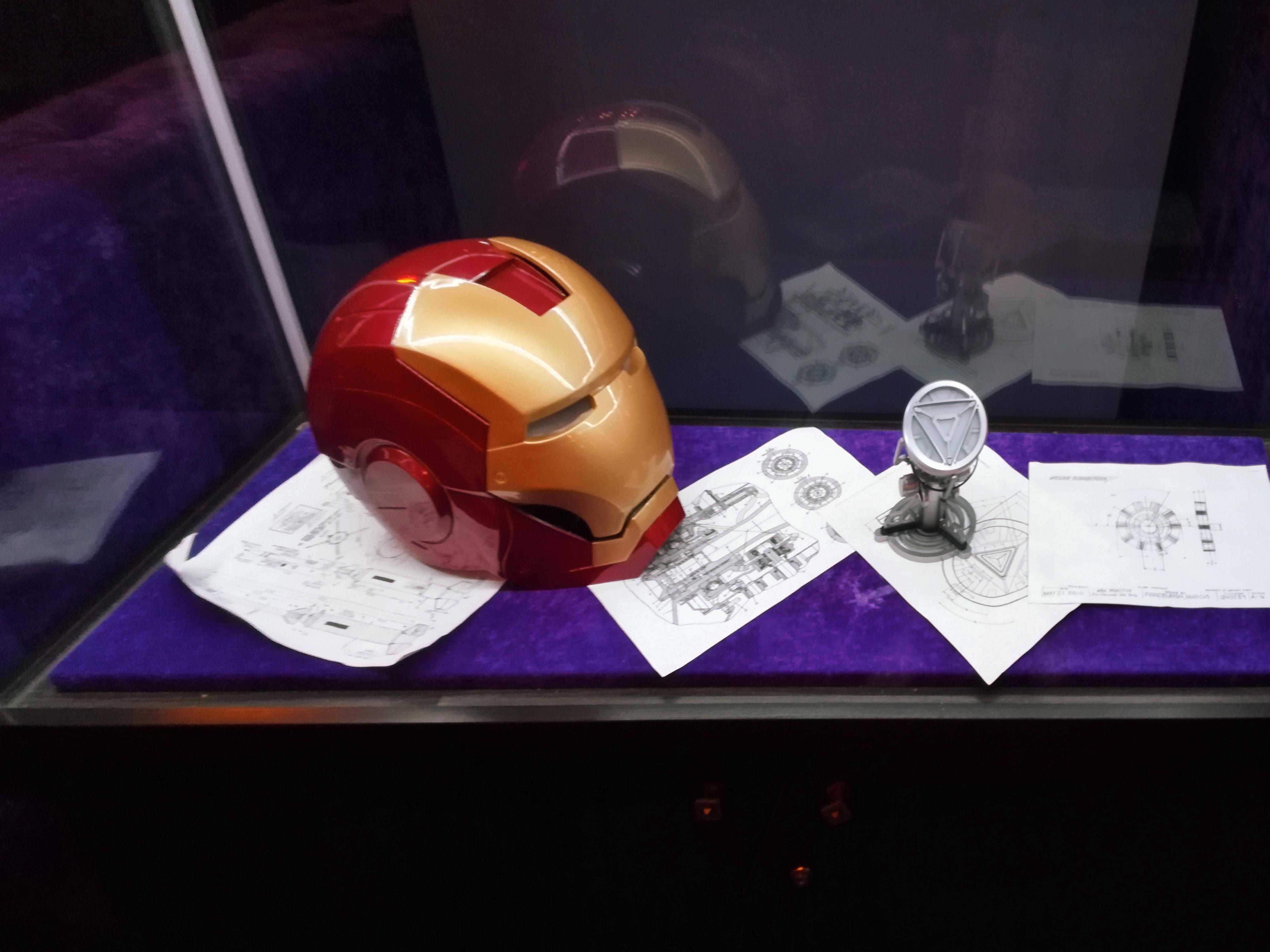 Стеклянный куб со шлемом Железного Человека