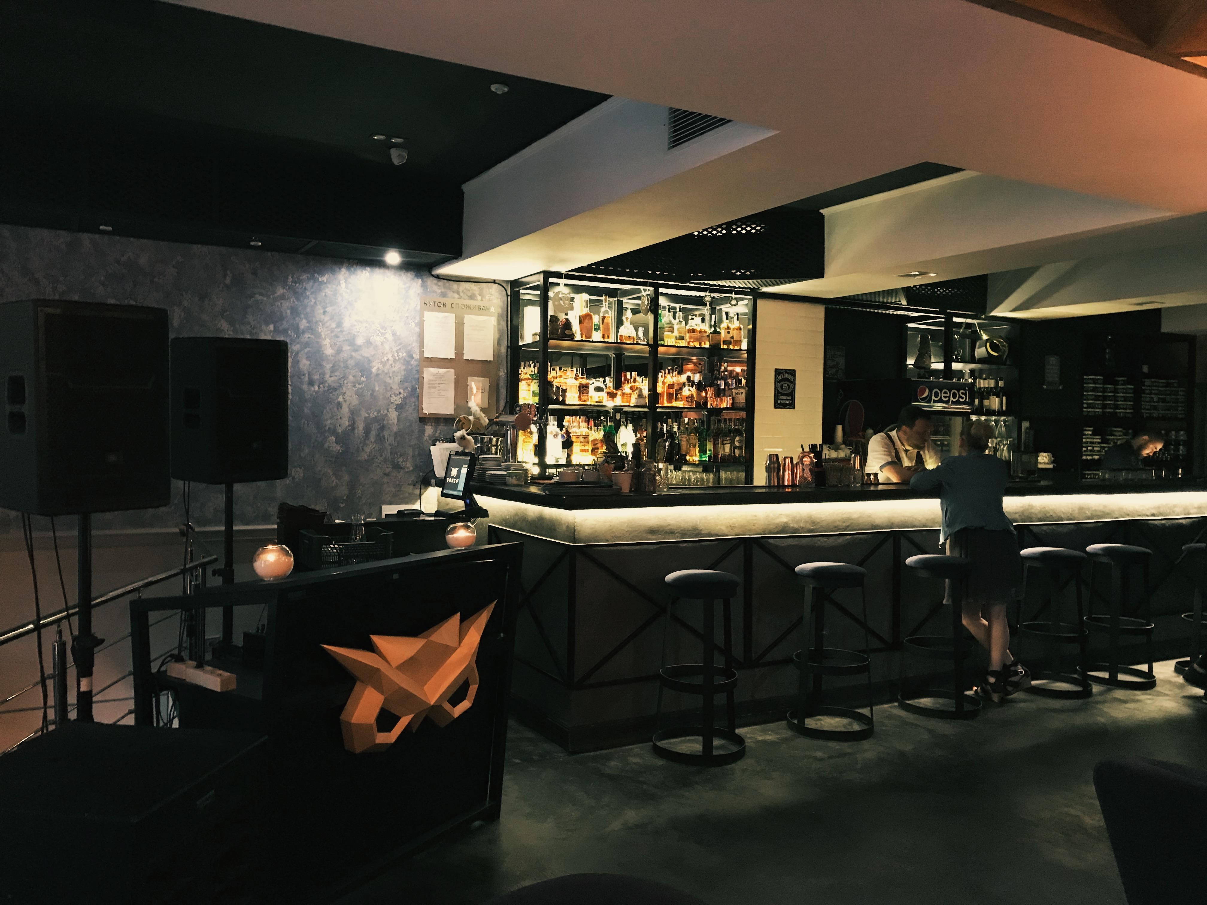 Интерьер первого зала: барная и кальянная стойки. Gonzo Lounge Одесса