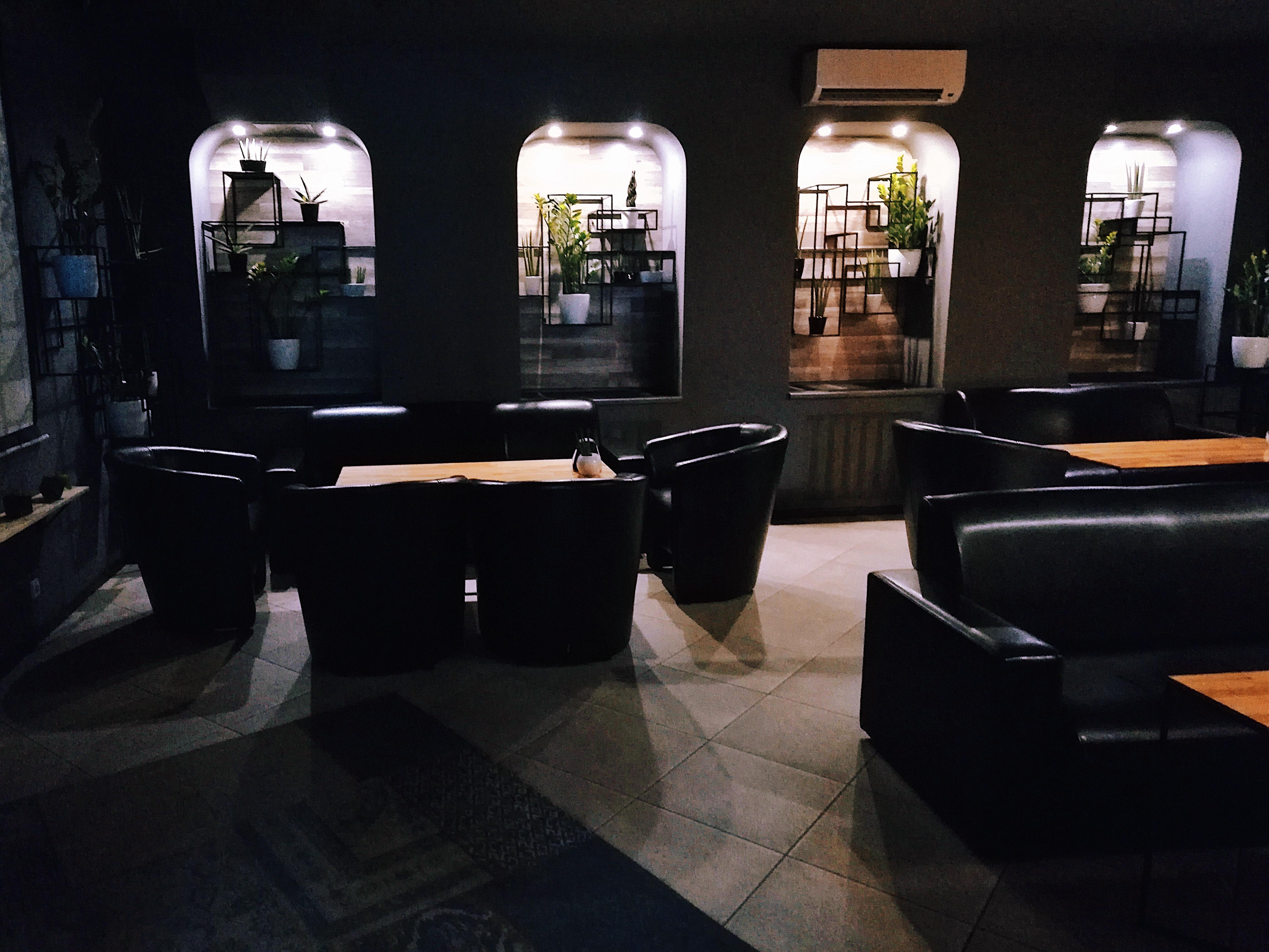 Интерьер Джаст Хука на Рымарской: мягкий свет, кожаные стулья и диваны