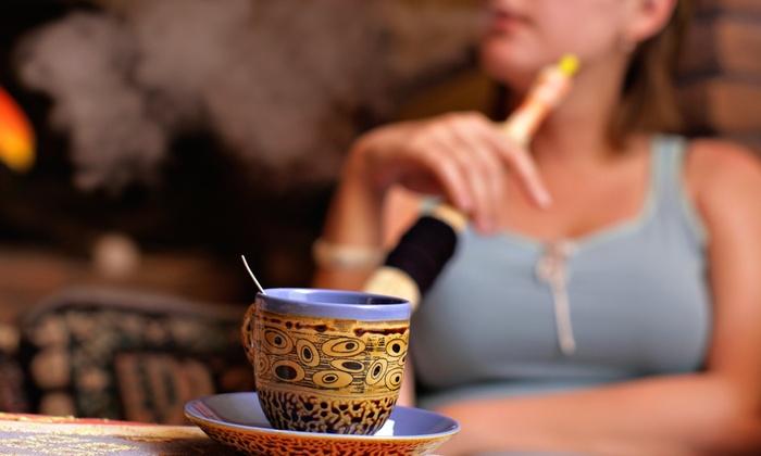 Девушка курит кальян. Чашка чая