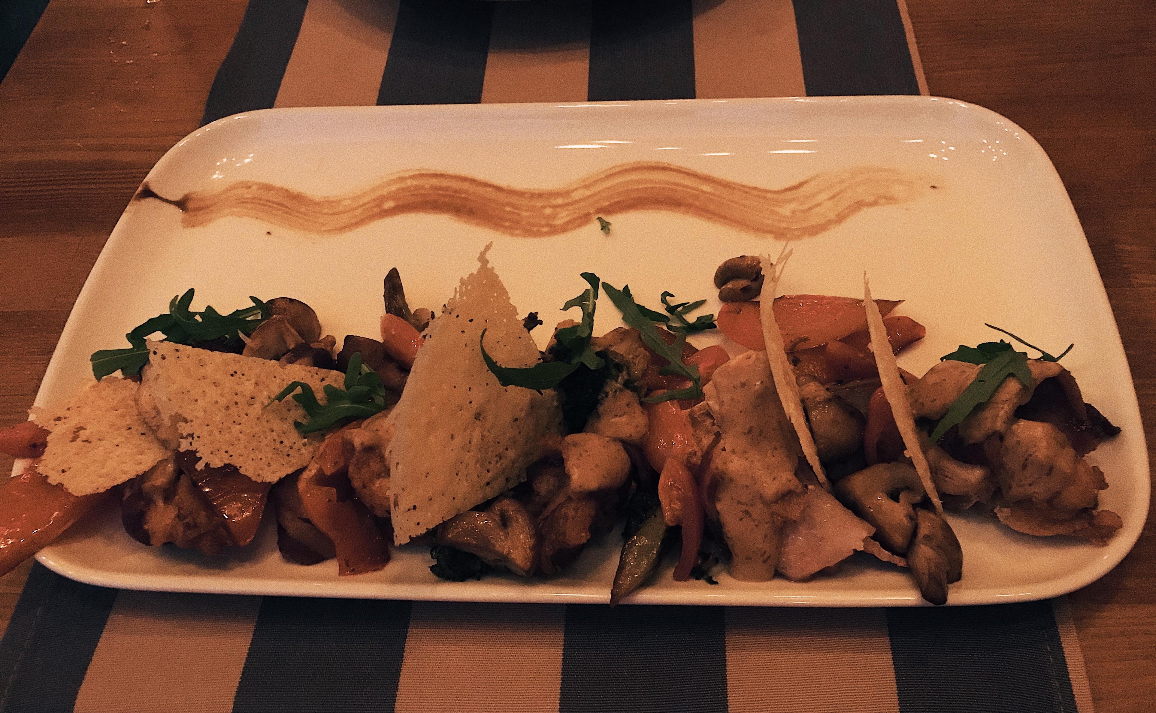 Куриный стейк, запеченный в беконе (245 грн) - Gonzo