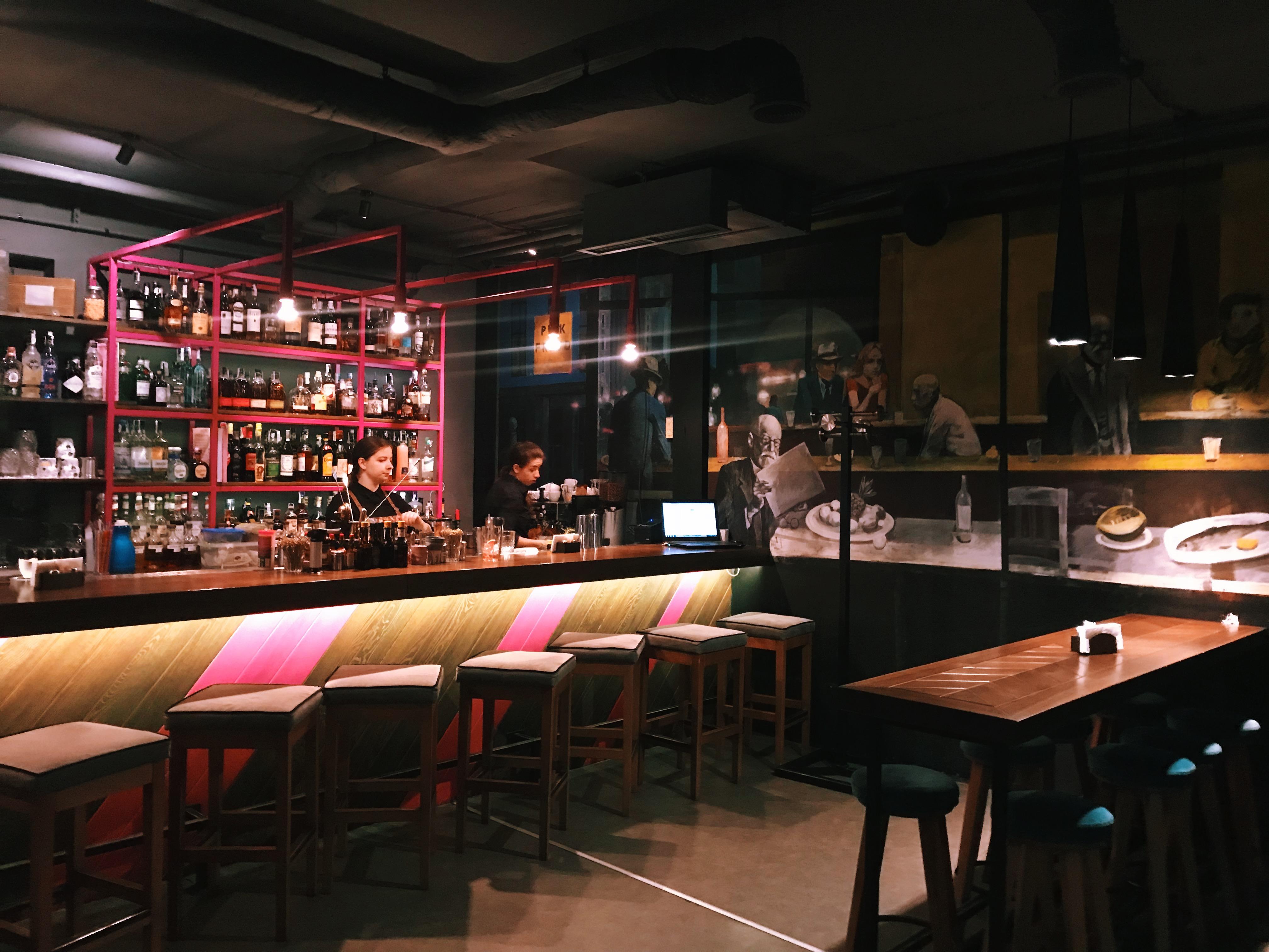 Интерьер второго зала Pink Freud - есть где усесться за барной стойкой)