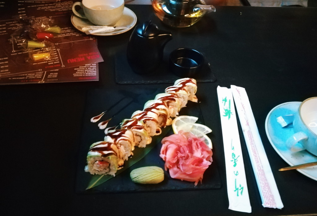 Подача ролла Spicy Shrimp Roll в gooDZone lounge
