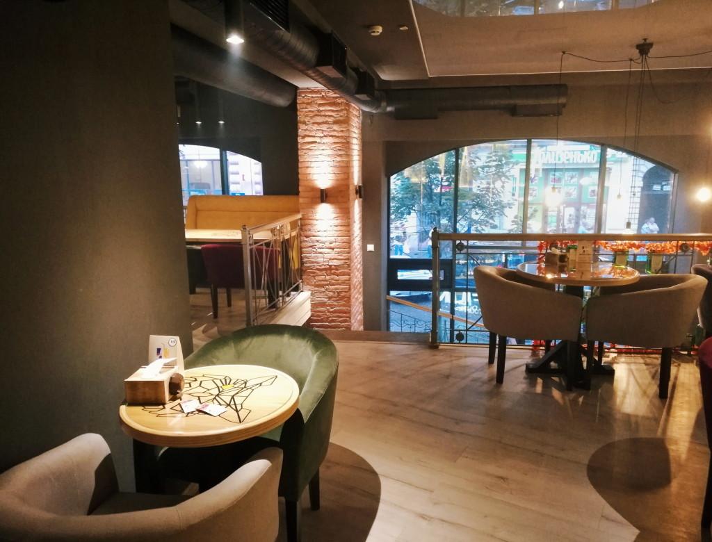 Большие окна и тёплый свет в Filin Lounge Bar