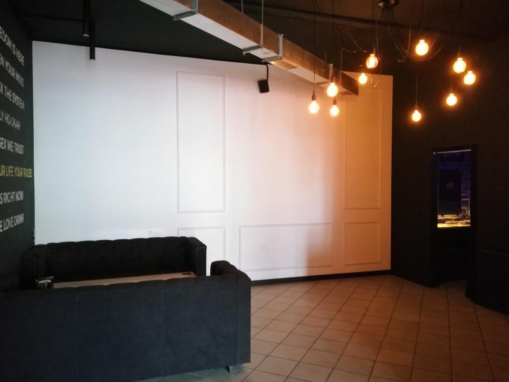 Ламповая атмосфера в Eclipse, справа игровые комнаты