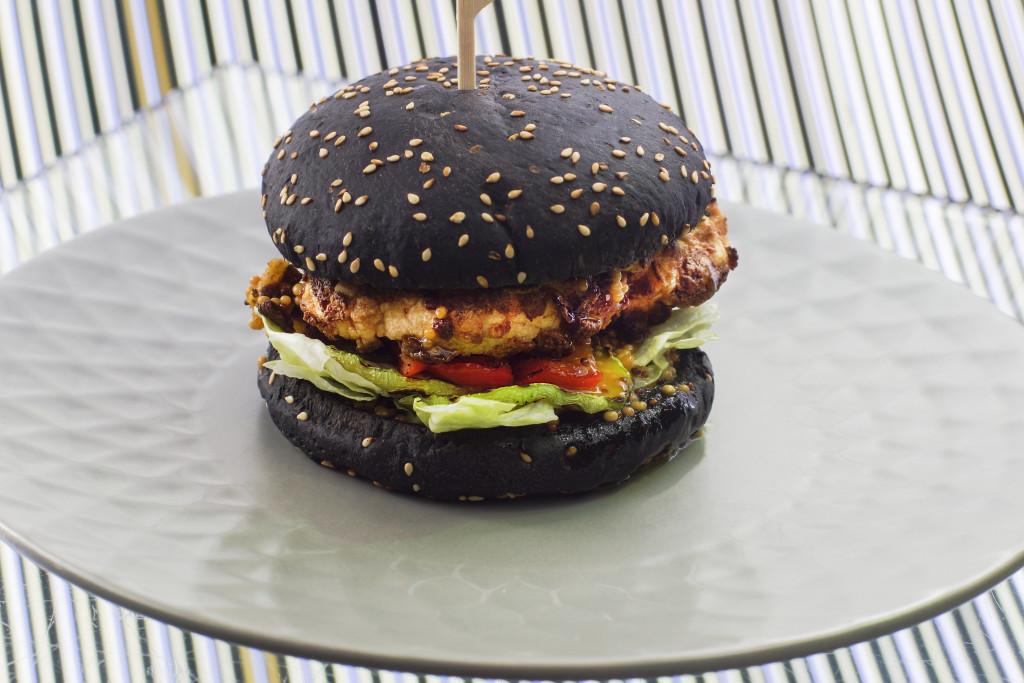 Бургер с черной булкой в Hashtag