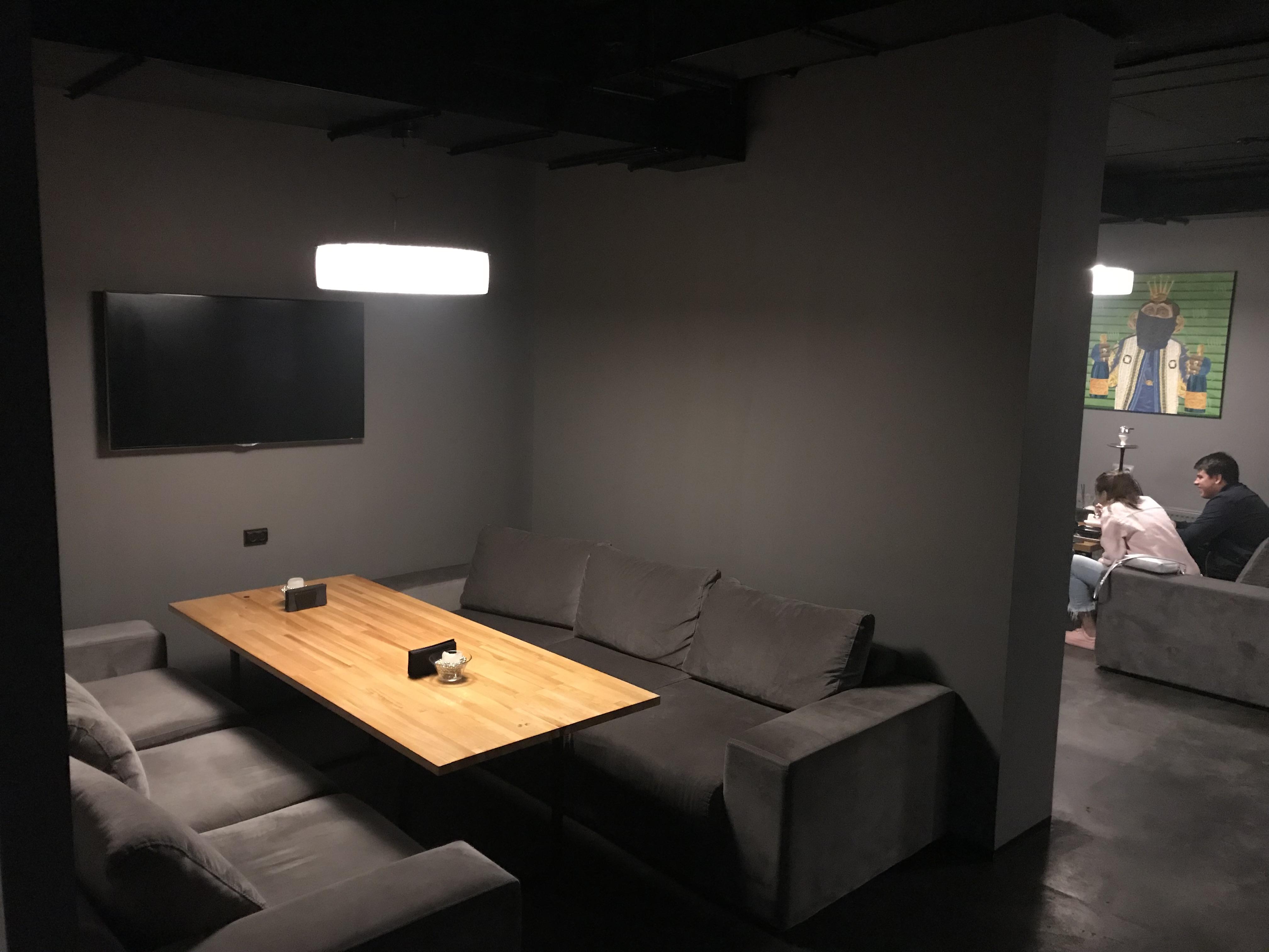 Одна из двух зонированых комнат в кальянной