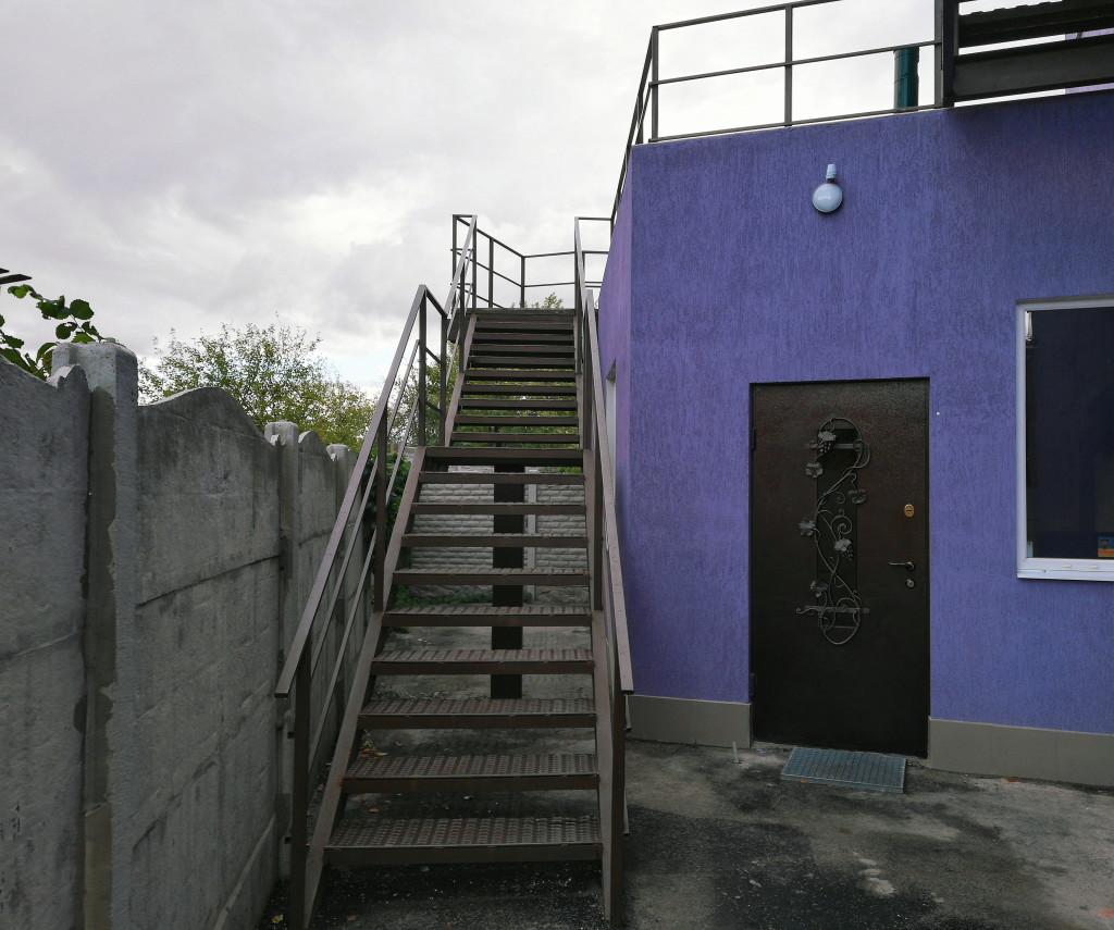 Обойдя здание слева, находим эту лестницу и поднимаемся
