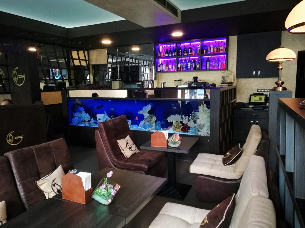 Барная стойка с аквариумом и попугаем в Tabacco Bar