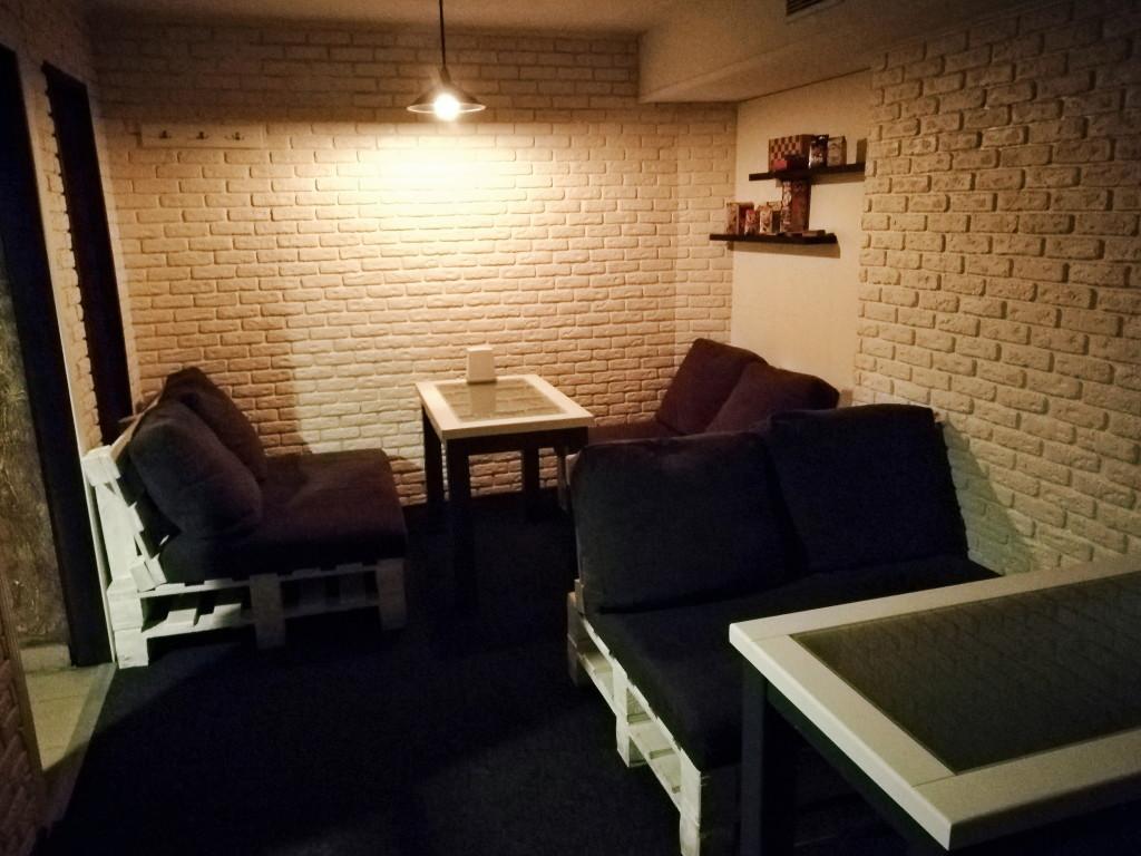 И правый зал со светлыми стенами