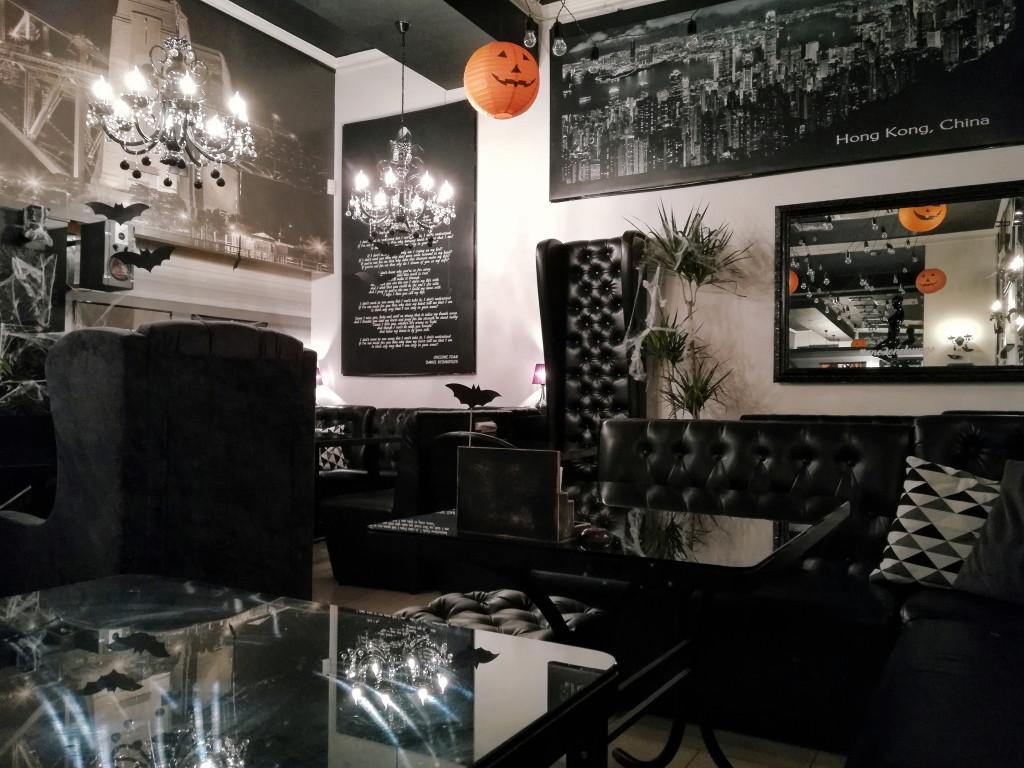 Чёрная мебель в One 2 One
