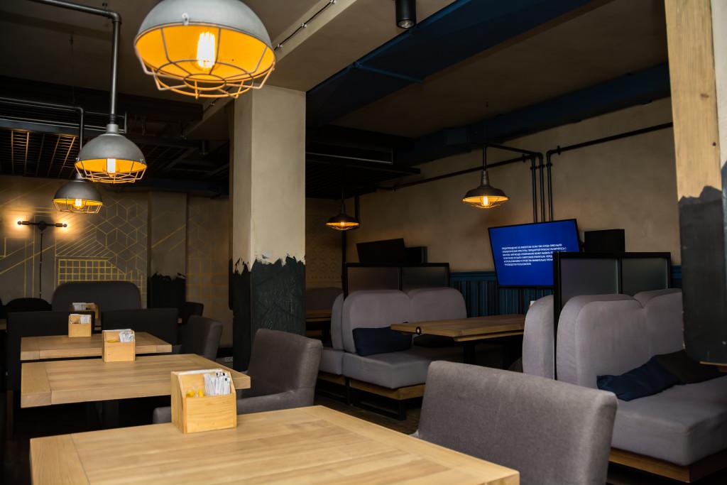 Интерьер Хаббл Баббл: мягкий ламповый свет, деревянные столики и мягкие диваны