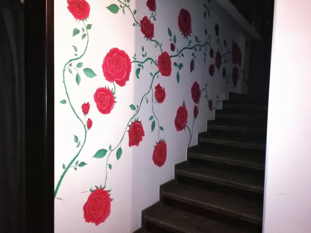 Декор стены возле лестницы в Дунька